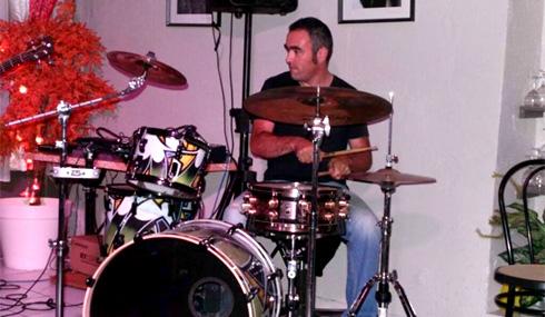 Cours de batterie à Carcassonne par l'école de musique Polysons. Romain Santos, professeur de batterie (rock, jazz...), vous accueille tout au long de l'année, quelque soit votre niveau.