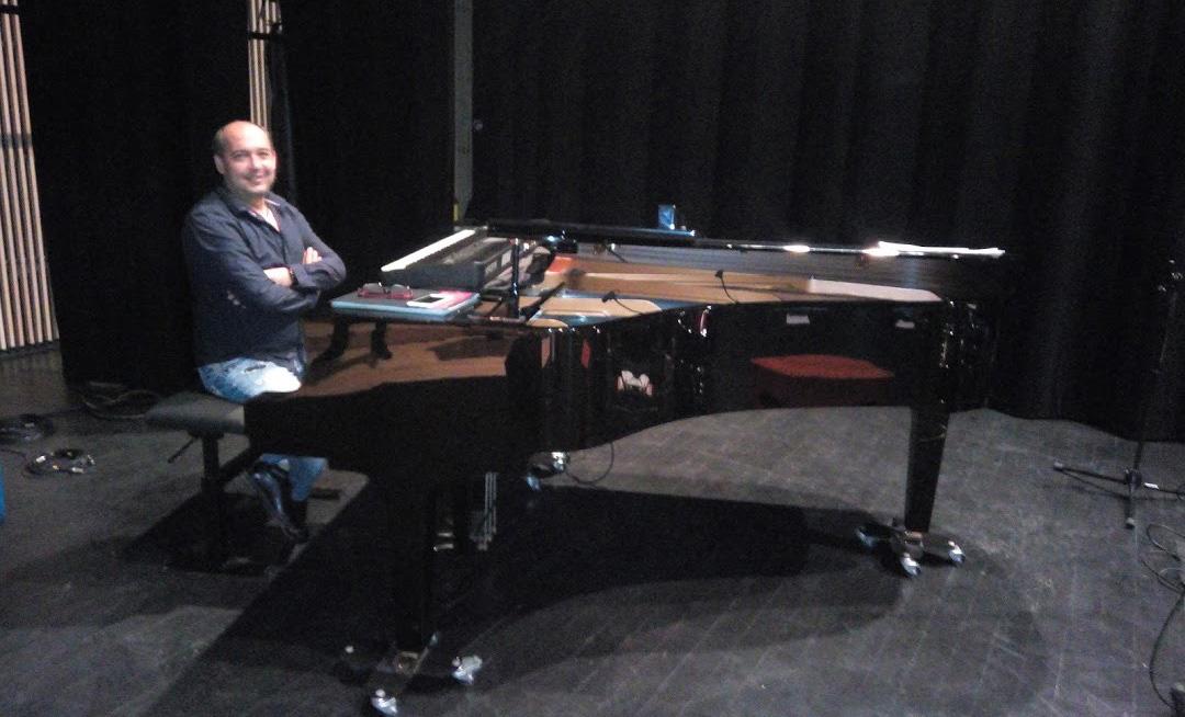 Cours de piano à Carcassonne avec Thierry Alvarez. L'école de musique Polysons vous propose ses cours de piano, à carcassonne, toute l'année.